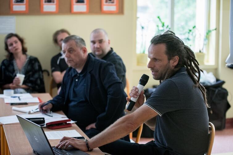 Radny Michał Błaut (z mikrofonem) przedstawiał w trakcie sesji projekt uchwały ws. zabezpieczenia przeciwpowodziowego