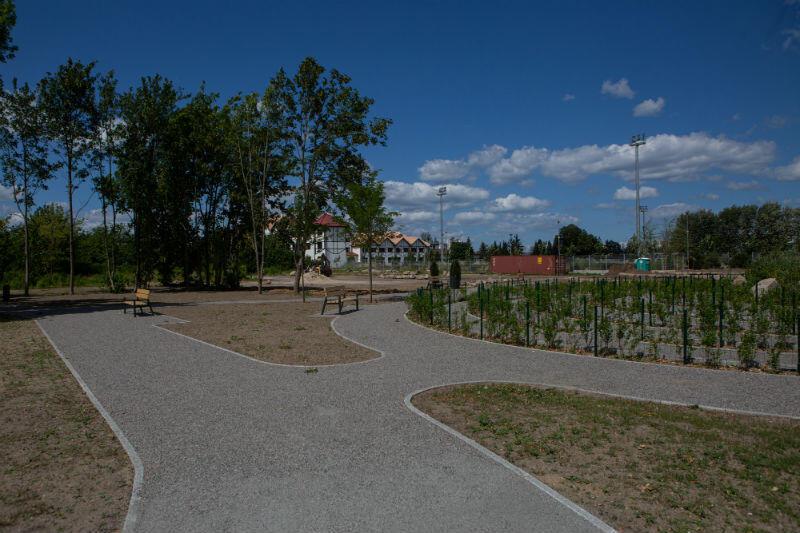 .... ścieżki i chodniki ze żwirowo-żywiczną nawierzchnią oraz ławki