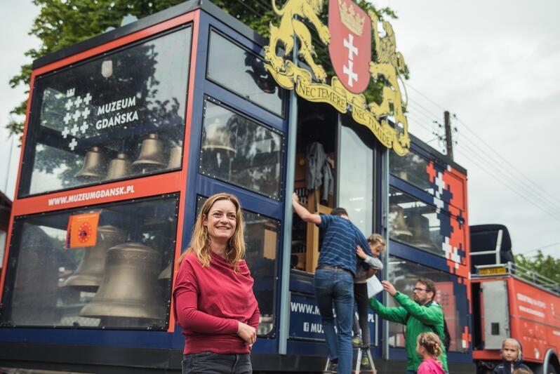 Miejska carillonistka, Monika Kaźmierczak, opowiadała w sobotę mieszkańcom o gdańskim carillonie mobilnym