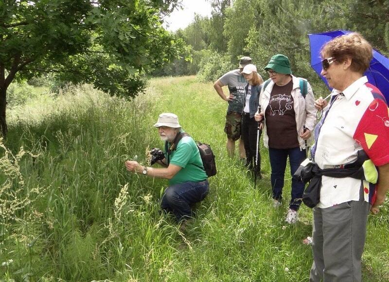 Jak dobrze mieć takiego sąsiada - przyrodnik Marcin Wilga zaprosił sąsiadów naspacer poczęść lasu, którastanie się wkrótce Kokoszkowskim Parkiem Leśnym