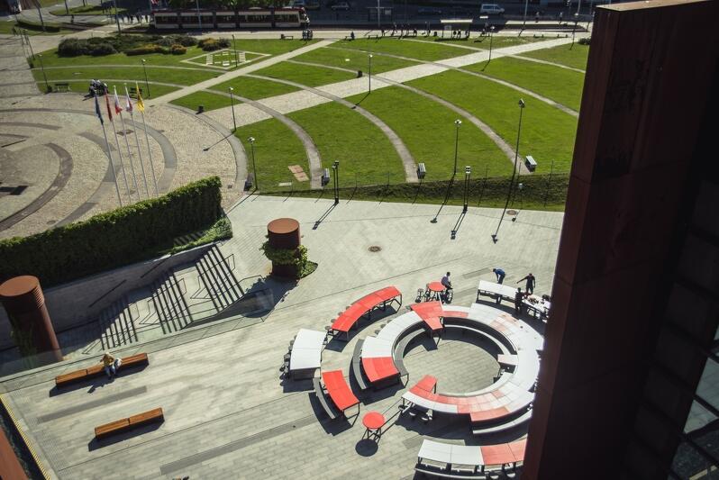 Okrągły, biało-czerwony stół, zbudowano na uroczystości Święta Wolności i Solidarności, które zorganizowano w dniach 1-11 czerwca