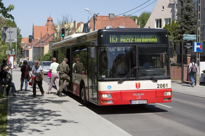 Autobus linii 115 na jednym z przystanków przy ul. Sobieskiego w Gdańsku Aniołkach