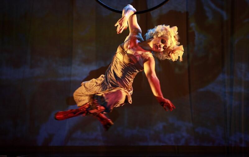 Teatr Akt - Sen kustosza  to widowisko plenerowe i artystyczny performance. Artyści wyczarują i ożywią malarskie dzieła. Obrazy będą przemieniać się na naszych oczach, a tajemniczy kustosz zapraszać nas do wspólnej zabawy