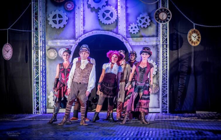 Teatr Akt - spektakl Poza Czasem  opowiada o wędrówce poza czasem, która pozwala spełnić nam marzenia, stać się na chwilę kimś innym. Fantazyjna opowieść utrzymana jest w stylistyce steampunk, łączący styl retro z fantastyką naukową