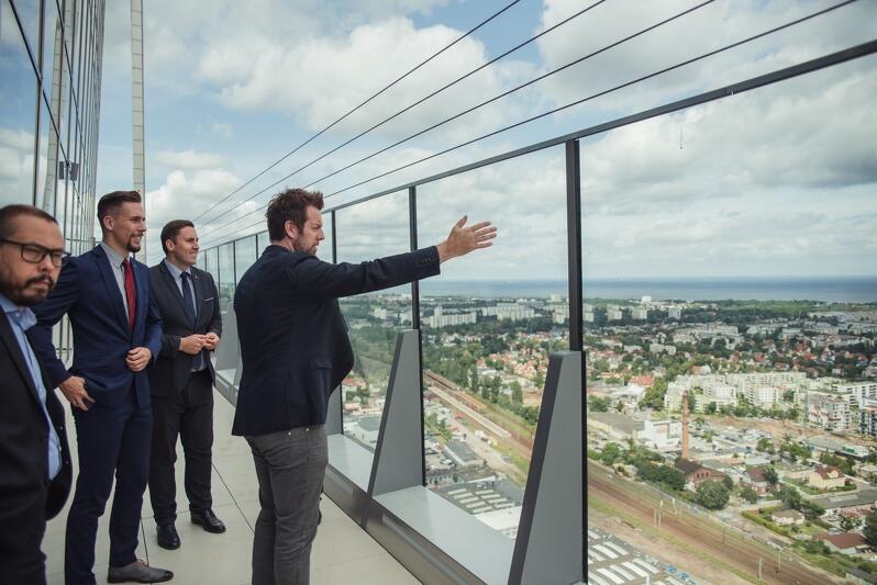 W środę, 10 lipca, gościem Olivia Star był Piotr Borawski, zastępca prezydenta Gdańska ds. przedsiębiorczości i ochrony klimatu. Gospodarze pokazali taras na 32. piętrze. Wiceprezydent Borawski był pod dużym wrażeniem tego miejsca