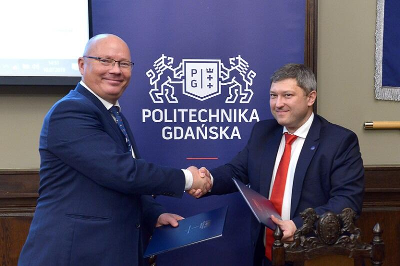 Od lewej: rektor Politechniki Gdańskiej prof. Krzysztof Wilde i dyrektor Instytutu Meteorologii i Gospodarki Wodnej Przemysław Ligenza po podpisaniu umowy o współpracy między instytucjami