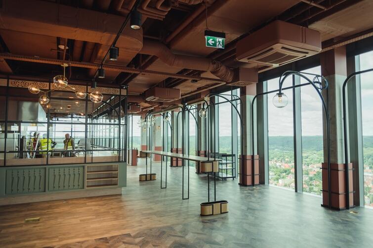 Wystrój restauracji na 32. piętrze Olivia Star. Widok z wysokości 130 metrów, jako efektowny dodatek do kulinariów