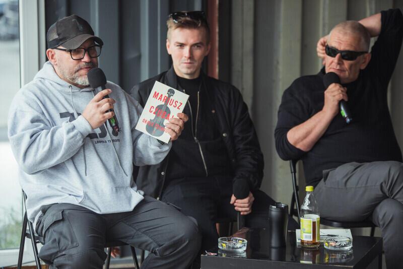 Od lewej: Mariusz Czubaj, prowadzący spotkanie Michał Wandzilak i Marcin Świetlicki