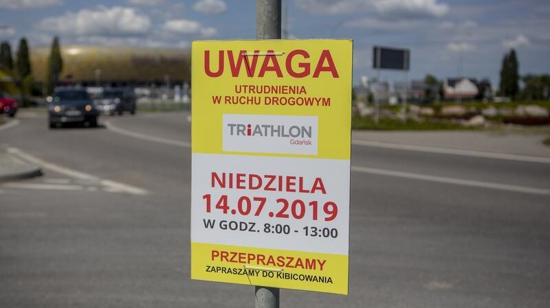 Tablica na rondzie im. Tadeusza Mazowieckiego informująca o utrudnieniach z powodu organizacji Triathlon Gdańsk