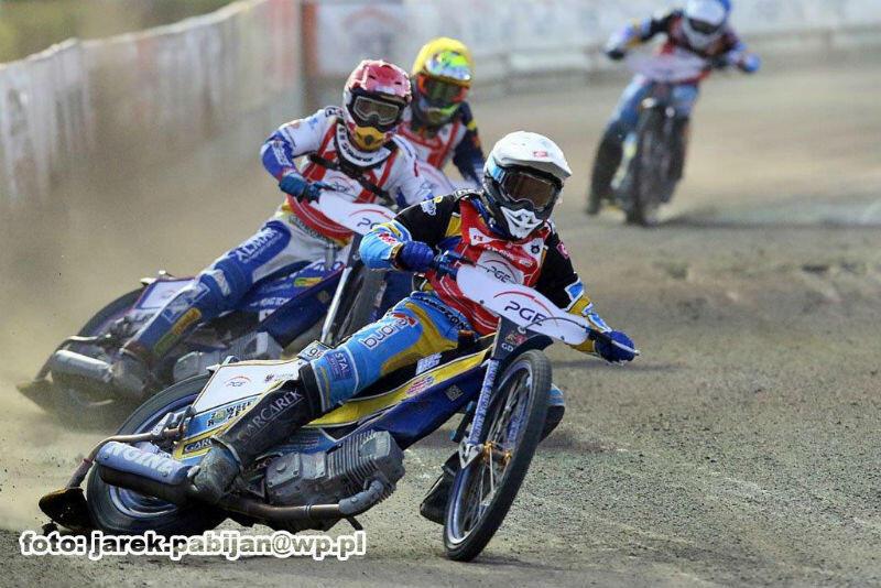 Wyścig dziewiętnasty. Jadą kolejno: Bartosz Zmarzlik, Piotr Pawlicki, Grigorij Łaguta i Mateusz Bartkowiak