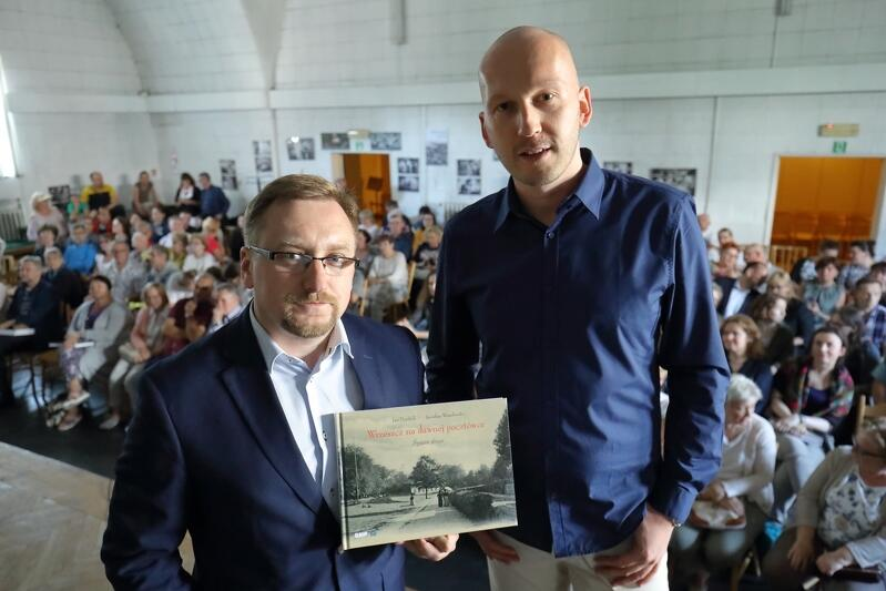Od lewej: Jan Daniluk i Jarosław Wasielewski podczas premiery II tomu albumu `Wrzeszcz na dawnej pocztówce`, Nowa Synagoga przy ul. Partyzantów, 11 lipca 2019 r.