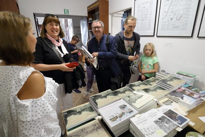 Kto jak kto, ale Katarzyna i Jakub Szczepańscy - założyciele Cyfrowego Muzeum Wrzeszcza musieli kupić tę książkę...