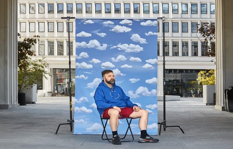 Marcin Różyc, kurator z Warszawy zaprosił artystów spoza Gdańska, aby opowiedzieli swoimi słowami - jak widzą nasze miasto. Wystawę ich prac zobaczymy