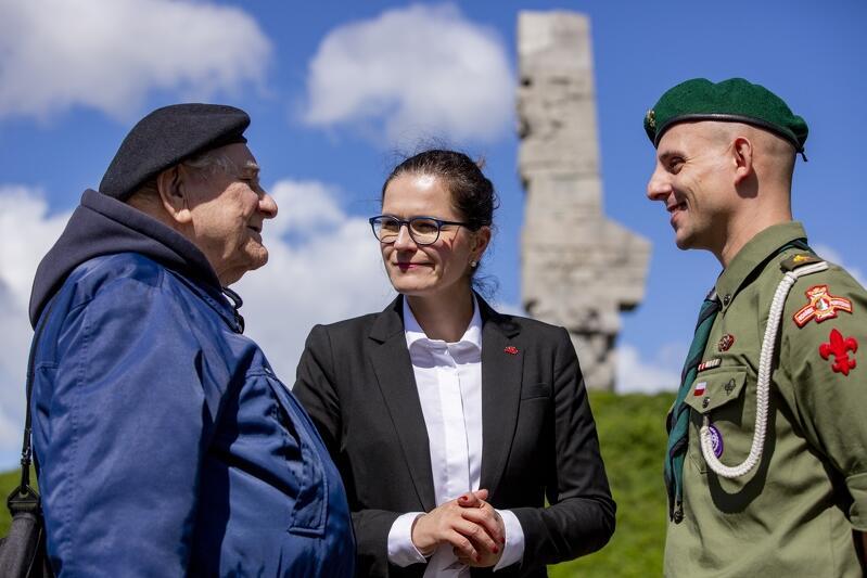 Prezydent Aleksandra Dulkiewicz na Westerplatte, z kpt. Henrykiem Bajduszewskim - liderem gdańskiego środowiska kombatantów i harcmistrzem Arturem Lemańskim