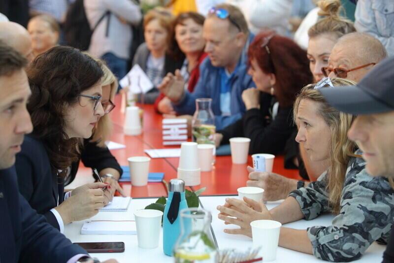 Prezydent Aleksandra Dulkiewicz i jej współpracownicy podczas rozmów przy Okrągłym Stole z mieszkańcami w dzielnicy Chełm