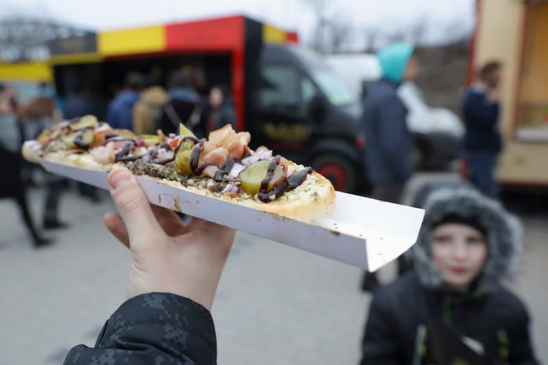 """Impreza """"Jemy na Stadionie"""" to dobra okazja do odbycia kulinarnej podróży szlakiem najpopularniejszych potraw z różnych kontynentów, ale także popularnych przekąsek typu fast food"""