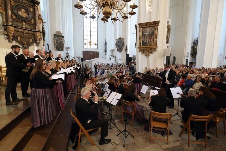 Wnętrza zabytkowej Bazyliki Mariackiej służą nie tylko wiernym, ale również melomanom. Nz. Koncert ku pamięci Prezydenta Pawła Adamowicza, 14 lipiec 2019 r.