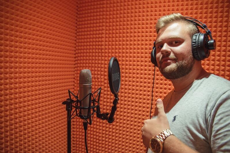 Kiedyś u kolegi w `kanciapie`, teraz w studio Kamil Kostrzewski TEN3 nagrywa swój rap
