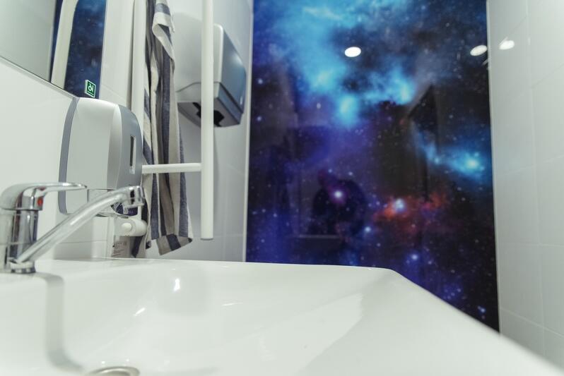 Łazienka zwana `galaktyczną` - motyw wybrany przez młodych