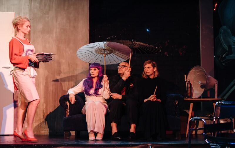 Scena lunchu, na który składa się - o tyle modna, co niestrawna - sałatka z glonów jest jedną z bardziej zabawnych i wyrazistych w spektaklu