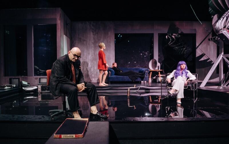 Groteskowy i bezsilny pan Schuster (Robert Ninkiewicz) i tajemnicza Opiekunka (Justyna Bartoszewicz) w czerwonym stroju. Obca w domu - pomaga czy zagraża?