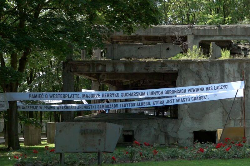Napisy wokół dawnych koszar zawiesiło Muzeum Gdańska