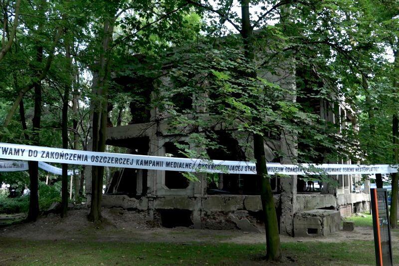 Transparent domagający się zaprzestania oszczerczej kampanii medialnej dyskryminującej starania Muzeum Gdańska o zagospodarowanie terenu Westerplatte