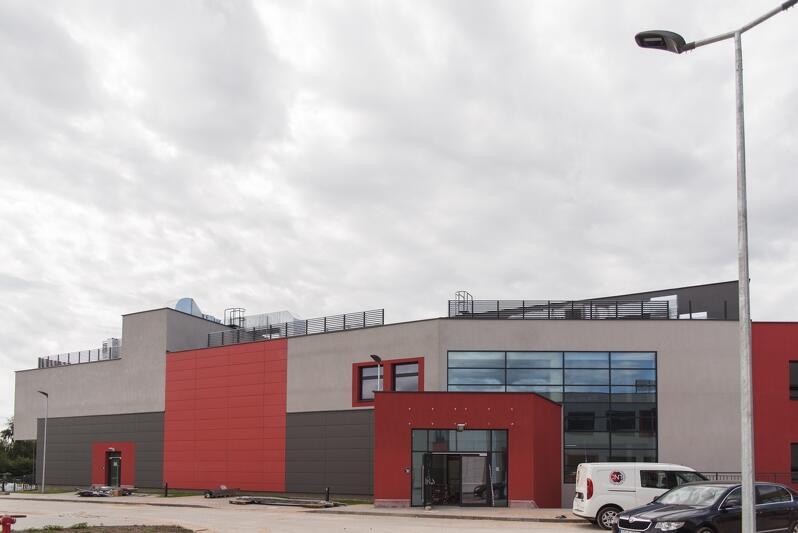 Budowa nowej szkoły przy ul. Jabłoniowej dobiega końca. W najbliższych tygodniach zbudowane zostaną, prowadzące do niej, nowe ciągi pieszo-rowerowe oraz jezdny