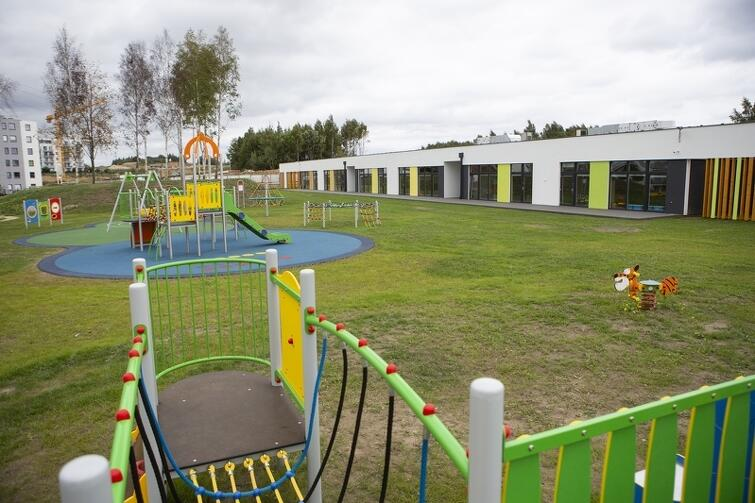 Zagospodarowany zostanie też teren miejski pomiędzy już istniejącym przedszkolem a nową szkołą przy ul. Jabłoniowej