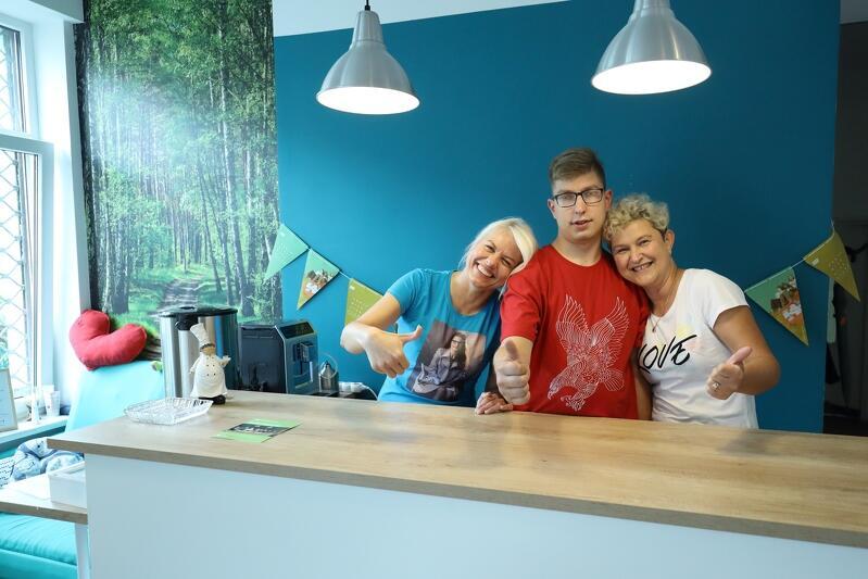 Jolanta Rychlik, Mateusz i Beata Weiner za kawiarnianym barem