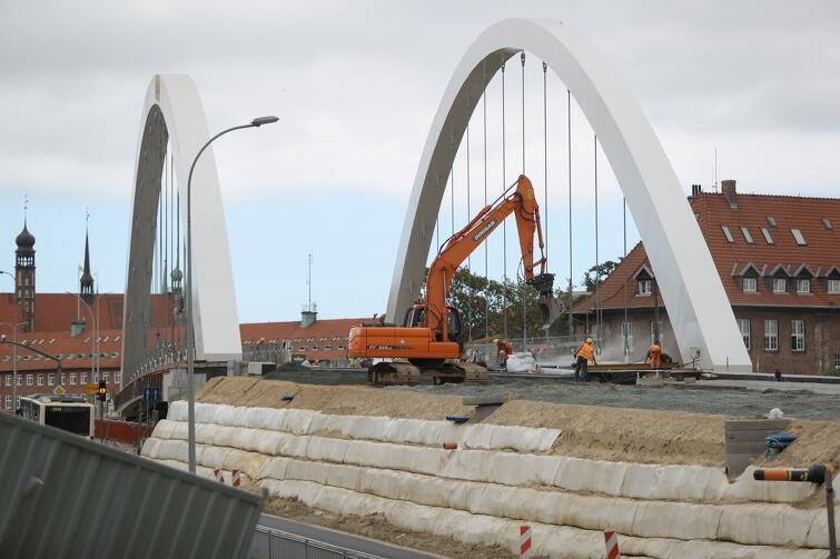Aktualnie układana jest podbudowa drogowa na dojazdach do wiaduktu
