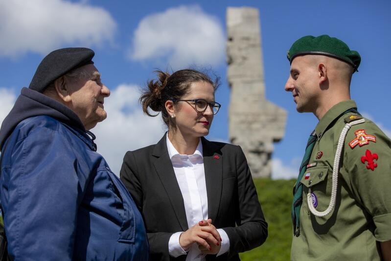 Od lewej: kpt. Henryk Bajduszewski (lider gdańskiego środowiska kombatantów), prezydent Aleksandra Dulkiewicz i harcmistrz Artur Lemański (Chorągiew Gdańska ZHP). Zdjęcie wykonano 5 lipca br., podczas briefingu prasowego na Westerplatte