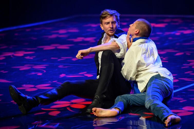 Spektakl jest koprodukcją dwóch gdańskich teatrów: oglądamy go na scenie Gdańskiego Teatru Szekspirowskiego, a występują w nim aktorzy Teatru Wybrzeże. Nz. Piotr Biedroń i Magdalena Gorzelańczyk