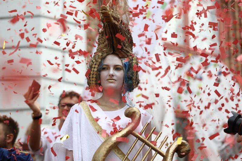 Aktorzy, szczudlarze, trębacze - co roku współtworzą ceremonię otwarcia Jarmarku św. Dominika