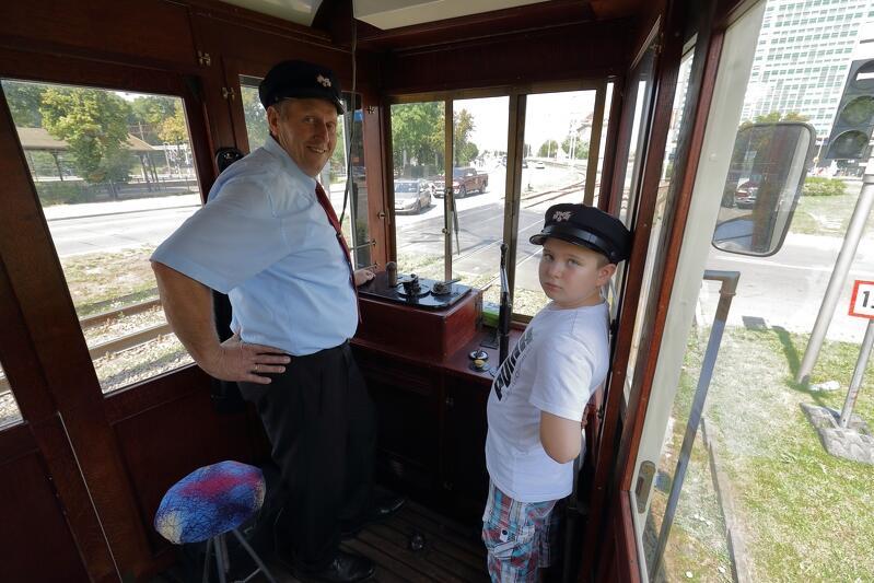 Motorniczy Zbigniew Trafny na co dzień prowadzi współczesne tramwaje, ale zasiada także `za sterem` tych zabytkowych i szkoli innych motorniczych GAiT, jak je prowadzić