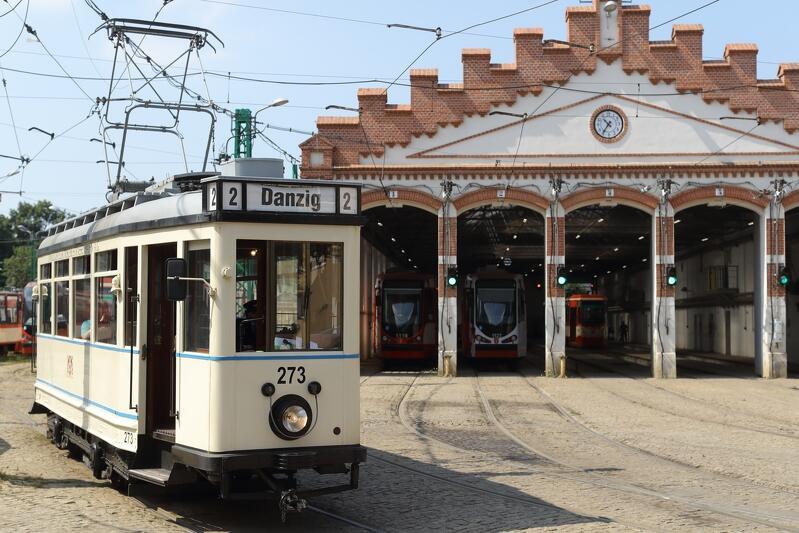 Gdański `Ring` po renowacji, w barwach dokładnie takich, jak w 1930 r., pozuje w zajezdni w Nowym Porcie