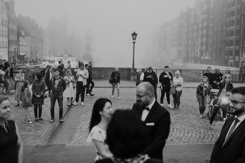 Ślub Eweliny i Piotra odbył się jedynie w towarzystwie świadków. Nietypowa ceremonia nie umknęła jednak uwadze przechodniów, którzy bardzo entuzjastycznie odnieśli się do tych nietypowych zaślubin i stali się tymczasowymi gośćmi