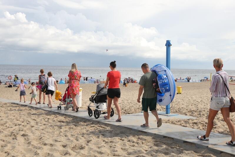 Sinice od lat są uciążliwym, i niestety powracającym elementem plażowego życia w sezonie letnim. Gdy pojawiają się przy brzegu, lepiej skupić się na opalaniu i zabawach na piasku. Sinice w końcu odpłyną, a informacje na ten temat najłatwiej znaleźć w internecie