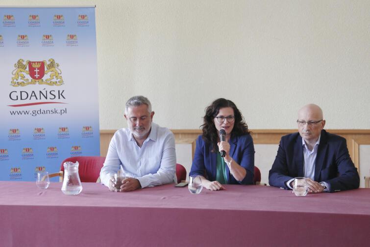 Konferencja prasowa zapowiadająca 10. Gdańsk Lotos Siesta Festival. Nz. od lewej Marcin Kydryński, Aleksandra Dulkiewicz i Piotr Łyszkiewicz