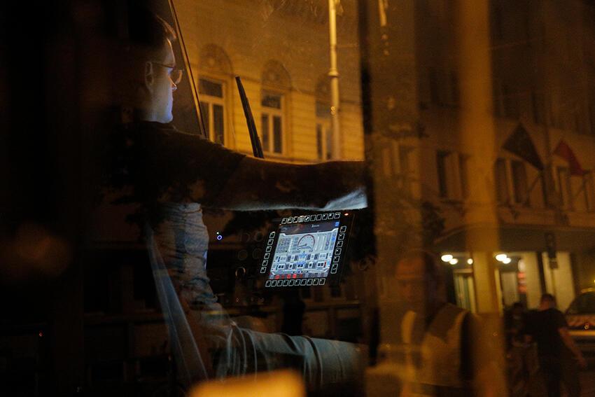 Pracownicy techniczni bydgoskiej Pesy spuścili z lawety nowy niskopodłogowy tramwaj