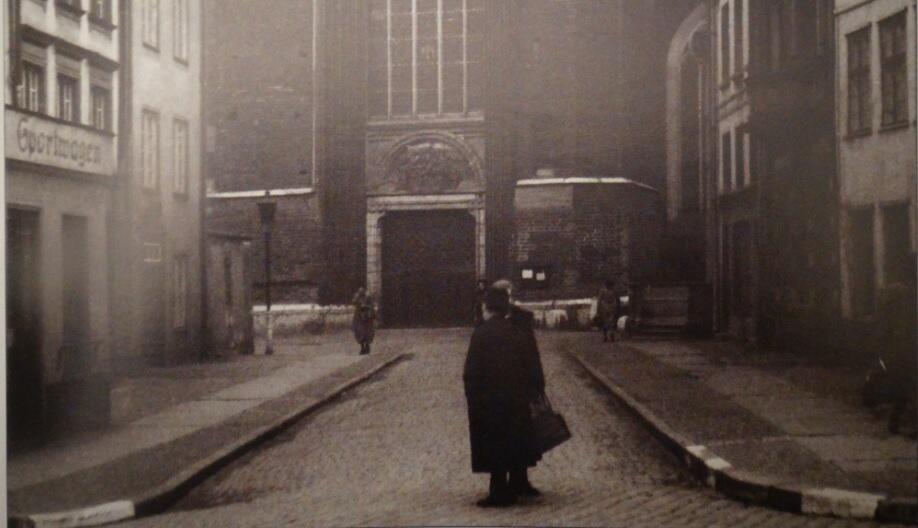 W tympanonie nad bramą umieszczono kamienną kopię Zaśnięcia Marii, a rzeźbę Madonny przeniesiono do kościoła (nisza jest pusta); 1942-1944