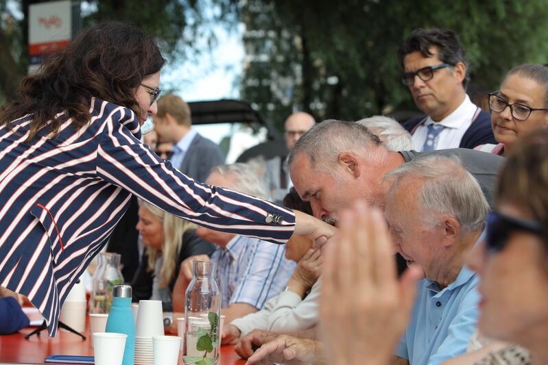 Wakacyjne spotkania przy okrągłym stole to nie tylko okazja do rozmów, ale też do wymiany uprzejmości