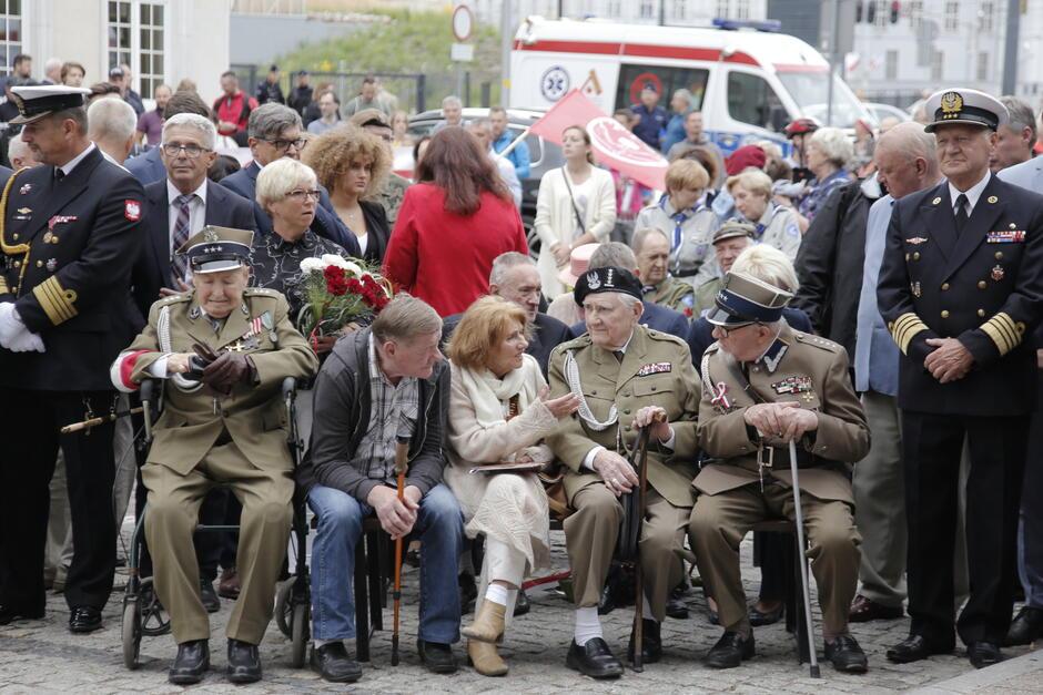 W czwartkowych uroczystościach na Targu Rakowym uczestniczyli m.in. kombatanci i ich rodziny