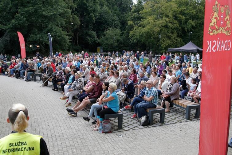 Widownia ma w sumie 300 miejsc siedzących, prawie wszystkie były zajęte