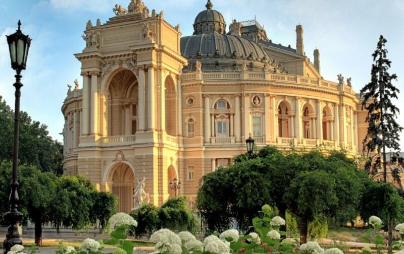 Odessa to miasto położone nad Morzem Czarnym i stolica obwodu odeskiego Ukrainy