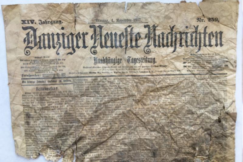 """Fragment niemieckiej gazety """"Danziger Neueste Nachrichten"""" z 4.11.1907 r., odnalezionej w ścianie wschodniej sieni, w kamienicy przy ul. Chłodnej 9"""