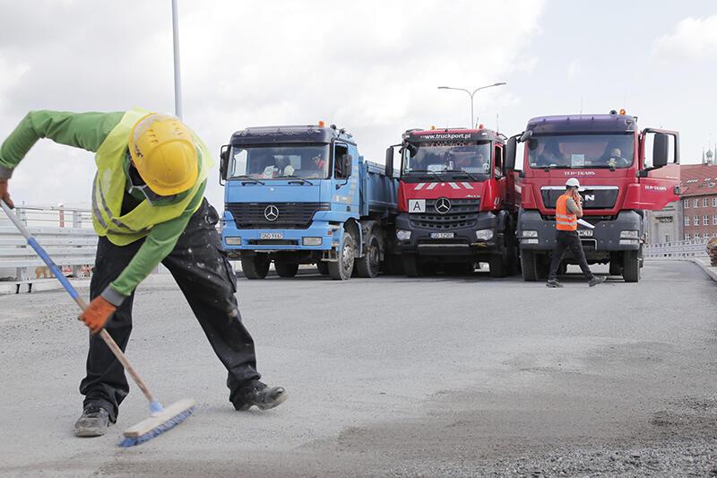 Na gotową, nową część estakady wjechało siedem samochodów ciężarowych, których ciężar wynosi w sumie 224 tony