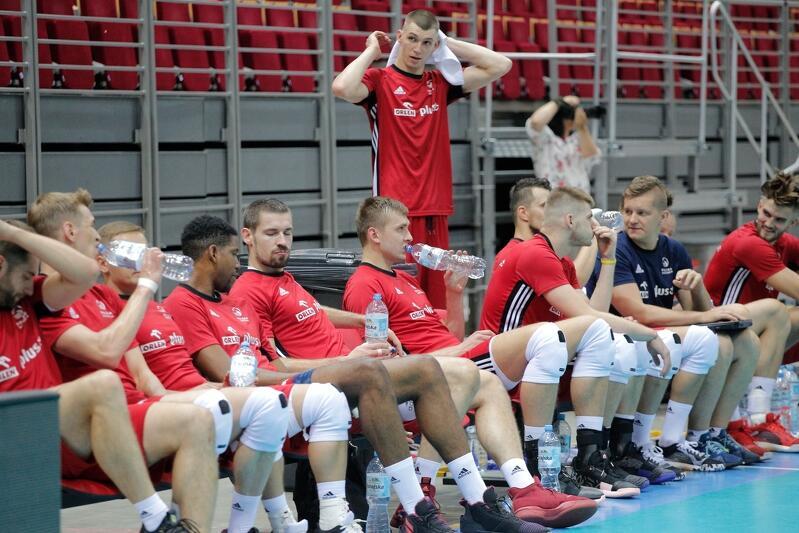 Reprezentanci Polski w Ergo Arenie trenują od poniedziałku, 5 sierpnia. Stoi Maciej Muzaj, który poprzedni sezon grał w Treflu Gdańsk, wśród siedzących (czwarty z lewej) Wilfredo Leon, który od kilku tygodni ma polskie obywatelstwo