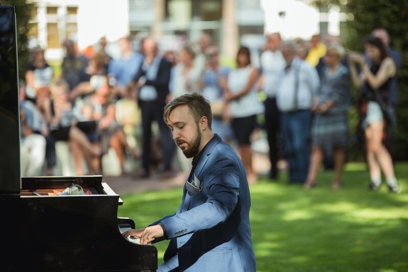 O oprawę muzyczną wydarzenia zadbał Artur Sychowski, który w trakcie koncertu zagrał m.in. The sound of silence