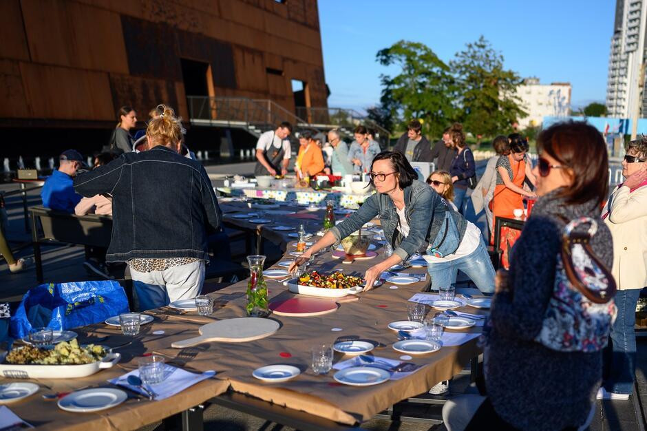 Lipcowe warsztaty kulinarne i kolacja przy okrągłym stole pod niebem cieszyła sie ogromną popularnością. Podobnie z pewnością będzie 14 sierpnia.
